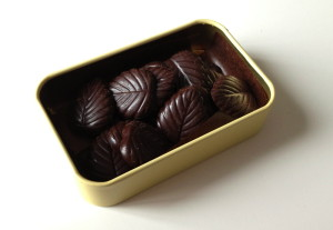 Chocolate Amatller Hojas Finas de Chocolate 70 Cacao_tin open with chocolates